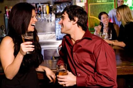 at flirte med hinanden